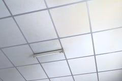 Painéis brancos velhos para o teto suspendido Imagem de Stock Royalty Free