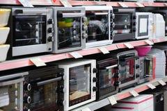 Painéis brandnew do fogão de gás na loja de dispositivo fotografia de stock royalty free