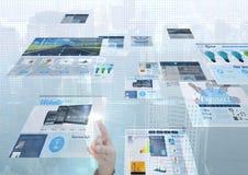 painéis com os Web site (azuis), o fundo da cidade e os pontos azuis na parte dianteira Dedo que toca nas telas Foto de Stock