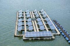 Painéis de flutuação da energia solar em um lago Imagens de Stock