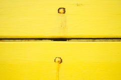 Painéis de madeira amarelos do vintage com pregos oxidados Foto de Stock Royalty Free