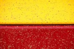 Painéis de madeira amarelos e vermelhos após a chuva Fotografia de Stock