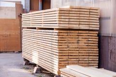 Painéis de madeira armazenados dentro de um armazém Foto de Stock Royalty Free