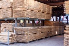 Painéis de madeira armazenados dentro de um armazém Fotos de Stock Royalty Free