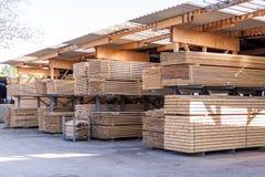 Painéis de madeira armazenados dentro de um armazém Foto de Stock