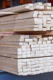 Painéis de madeira armazenados dentro de um armazém Imagens de Stock Royalty Free