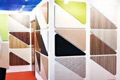 Painéis de madeira e plásticos da mobília na loja fotos de stock