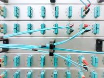 Painéis e cabos de fibra ótica óticos, equipamento de rede, transmissão de dados, foto móvel fotografia de stock