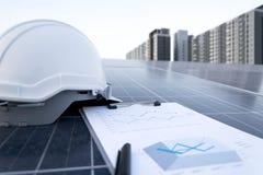 Painéis fotovoltaicos de trabalho felizes da estação solar fotografia de stock royalty free