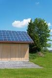 Painéis fotovoltaicos no telhado do celeiro Fotos de Stock Royalty Free