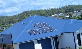 Painéis solares 1 do telhado Fotos de Stock Royalty Free