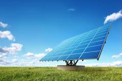Painéis solares brilhantes na natureza Fotos de Stock