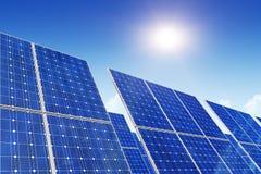 Painéis solares, céu azul e sol Imagem de Stock Royalty Free
