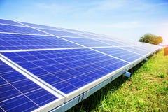 Painéis solares com céu azul Fotografia de Stock Royalty Free