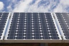Painéis solares com céu azul e nuvens Fotografia de Stock Royalty Free