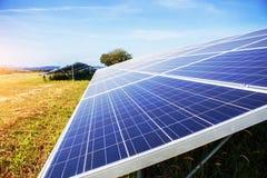 Painéis solares com a luz no céu Fotos de Stock