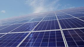 Painéis solares contra o céu azul e a energia alternativa das nuvens video estoque