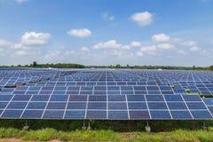 Painéis solares de Photovoltaics na central elétrica de energias solares Imagem de Stock Royalty Free