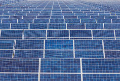 Painéis solares de Photovoltaics na central elétrica de energias solares Imagem de Stock