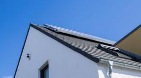 Painéis solares e calhas fotografia de stock