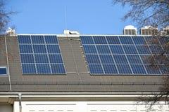 Painéis solares e condicionadores de ar no telhado de uma construção fotos de stock royalty free