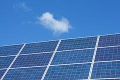 Painéis solares e nuvens Fotos de Stock Royalty Free