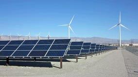 Painéis solares e poder da turbina eólica