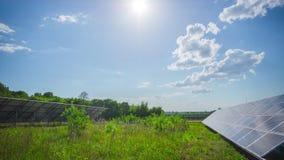 Painéis solares e sol, tempo-lapso da inclinação video estoque