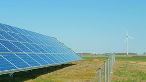 Painéis solares e turbinas de vento video estoque
