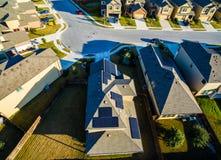 Painéis solares em casas suburbanas do por do sol da arquitetura do telhado ao norte de Austin perto da rocha redonda fotografia de stock