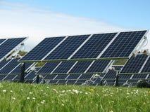 Painéis solares em um campo fotos de stock royalty free