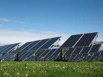 Painéis solares em um campo fotografia de stock