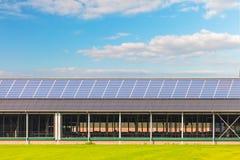 Painéis solares em um celeiro novo da exploração agrícola imagens de stock royalty free
