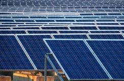 Painéis solares em um central elétrica da energia solar Fotos de Stock