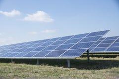 Painéis solares em um parque da energia solar Foto de Stock Royalty Free