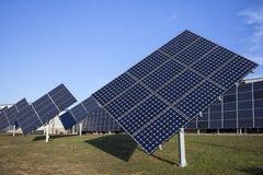 Painéis solares em um telhado imagem de stock