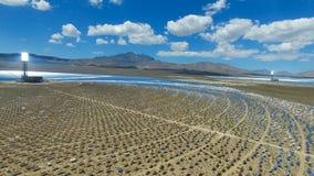 Painéis solares em um telhado A energia solar uma fonte de energia alternativa é painéis solares Imagem de Stock Royalty Free