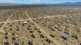 Painéis solares em um telhado A energia solar uma fonte de energia alternativa é painéis solares Fotos de Stock Royalty Free