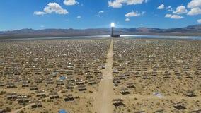 Painéis solares em um telhado A energia solar uma fonte de energia alternativa é painéis solares Imagem de Stock