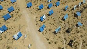 Painéis solares em um telhado A energia solar uma fonte de energia alternativa é painéis solares Foto de Stock