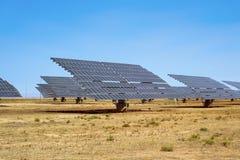 Painéis solares em uma planta de energias solares Imagem de Stock Royalty Free