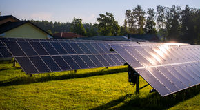 Painéis solares, fonte alternativa da eletricidade, painéis solares no pátio Imagens de Stock Royalty Free