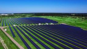 Painéis solares fotovoltaicos no campo verde no dia ensolarado Paisagem aérea filme