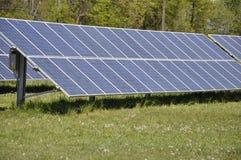 Painéis solares montados terra Fotografia de Stock Royalty Free