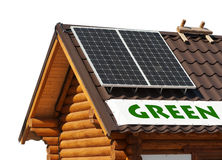 Painéis solares na casa de madeira. Fotografia de Stock