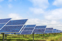 Painéis solares na central elétrica de energias solares Imagem de Stock
