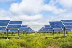Painéis solares na central elétrica de energias solares Imagens de Stock Royalty Free