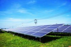 Painéis solares na grama Fotografia de Stock Royalty Free