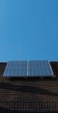 Painéis solares na tecnologia alemão do céu azul do telhado da casa Fotos de Stock Royalty Free