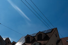 Painéis solares na tecnologia alemão do céu azul do telhado da casa Foto de Stock Royalty Free